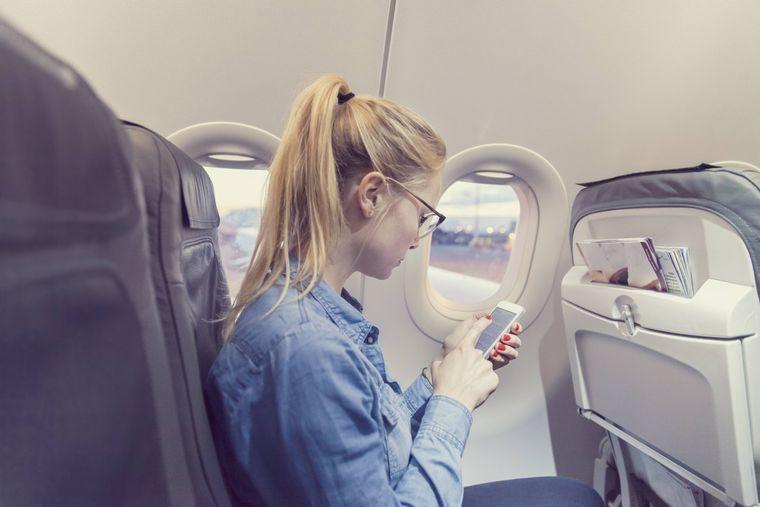 Bei den meisten Airlines musst du den Internetzugang im Flugzeug extra buchen und bezahlen. (Symbolfoto)
