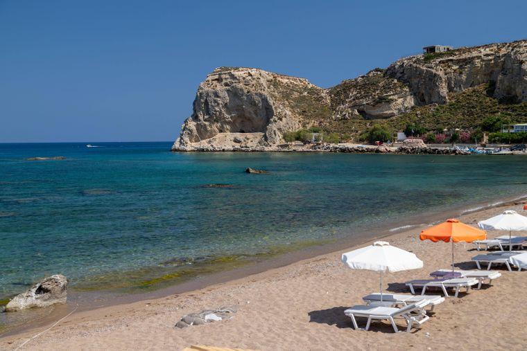 Stegna Beach auf Rhodos ist umgeben von Felsen.