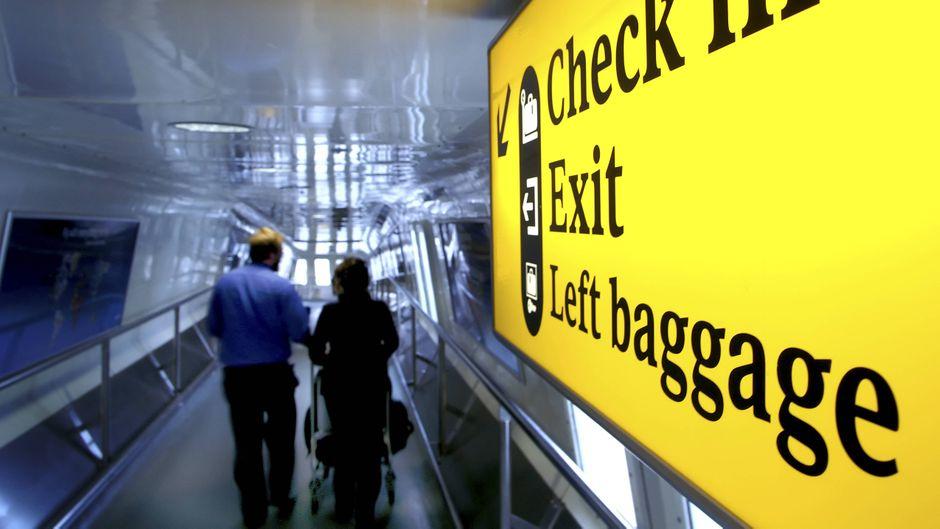 Passagiere am Flughafen London-Heathrow.