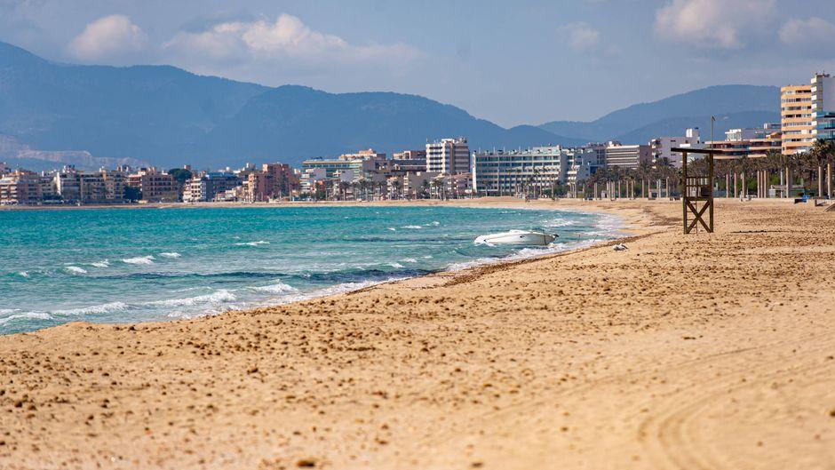 Der Strand in Palma de Mallorca bleibt in Zeiten der Corona-Krise leer.