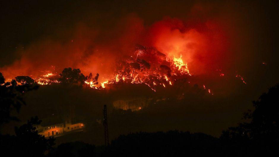 Die Waldbrände an der Algarve bedrohen weiterhin die Kleinstadt Monchique.