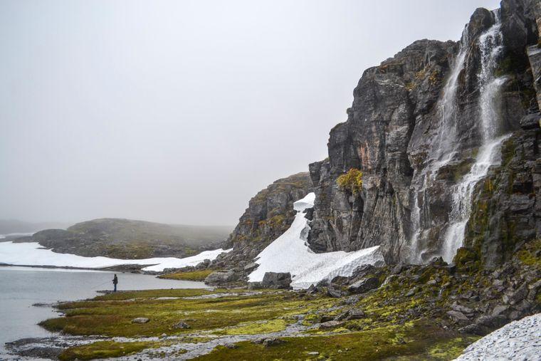 Felsen und Fjord in der Region Aurland in Norwegen