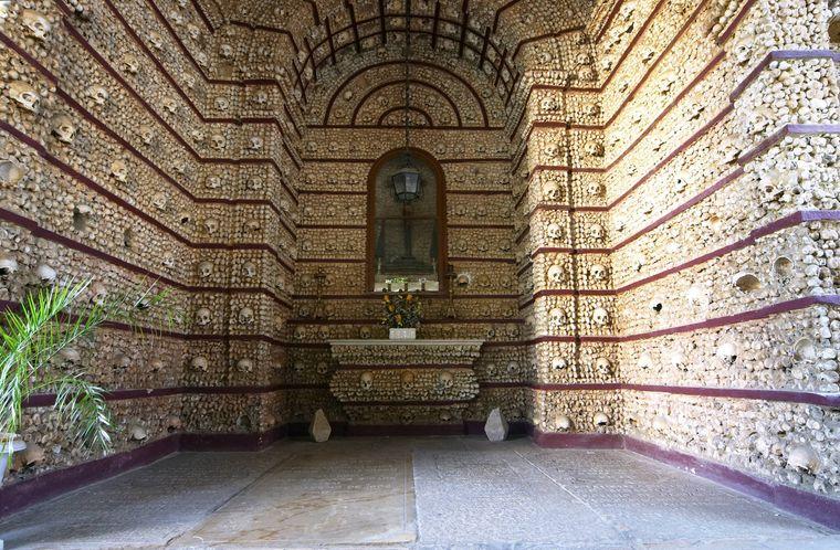 Die Capela dos Ossos in Faro ist die wohl gruseligste Sehenswürdigkeit in Portugal.