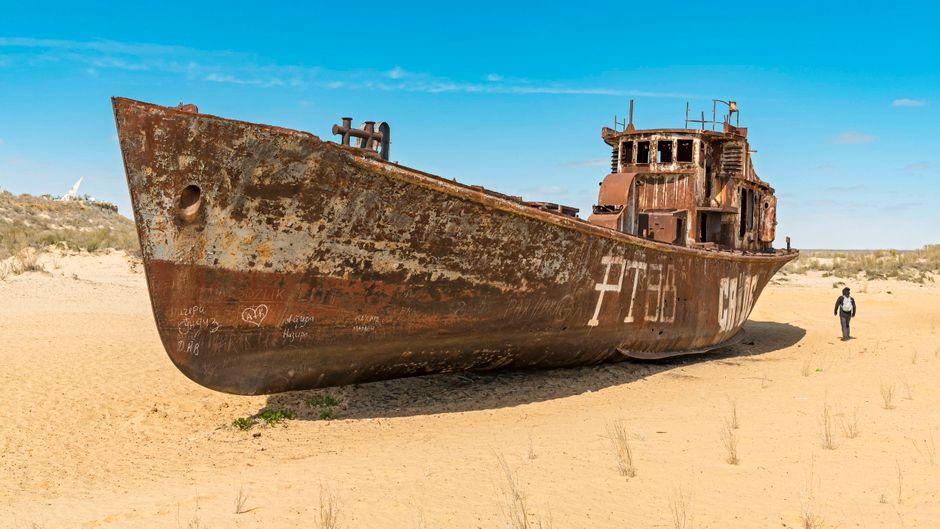 Ein Schiffswrack im ehemaligen Hafen der Stadt Mujnak.