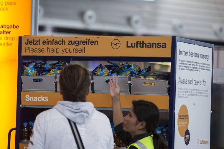 Snacks & Erfrischungen am Flughafen: Die Airline oder der Veranstalter muss gestrandete Passagiere betreuen.