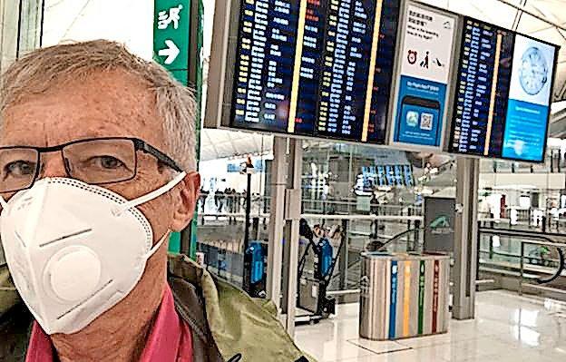 Tony Wheeler mit Mundschutz am Airport.