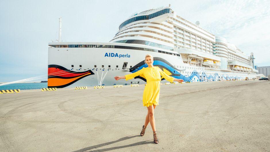Model und Moderatorin Lena Gercke steht vor der Aida Perla.