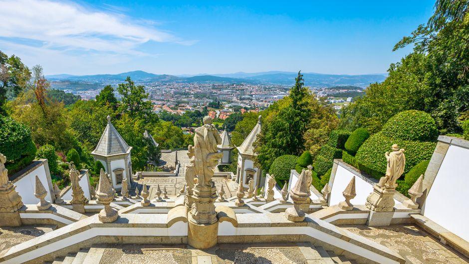 Die monumentale Barocktreppe vor der Kirche Bom Jesus do Monte mit Blick auf Braga.