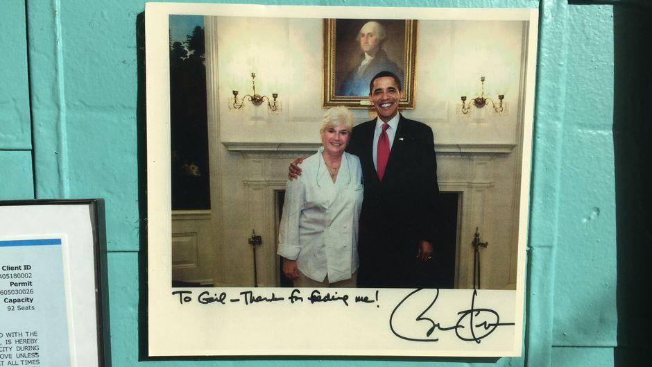 """""""Pamela's""""-Inhaberin Gail Klingensmith mit einem prominenten Fan – Barack Obama."""