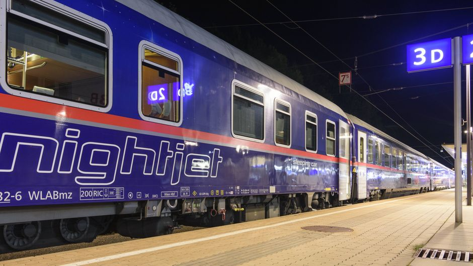 Ein Nachtzug der ÖBB am Bahnhof Leoben in der Steiermark.