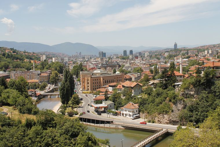 Platz 8: Sarajevo. In der Hauptstadt von Bosnien und Herzegowina zahlst du im Schnitt 33,08 US-Dollar (etwa 28,54 Euro) für einen Tag deiner Städtereise.