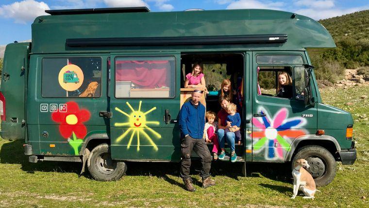 Die Familie von Tino Pätzold ist seit zwei Jahren im alten Polizeibus unterwegs.