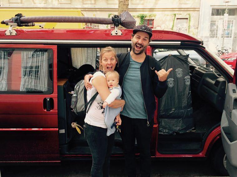 Familienleben im Van: Fabian, Nico und Tochter Yanti auf einem Roadtrip an der Atlantikküste.