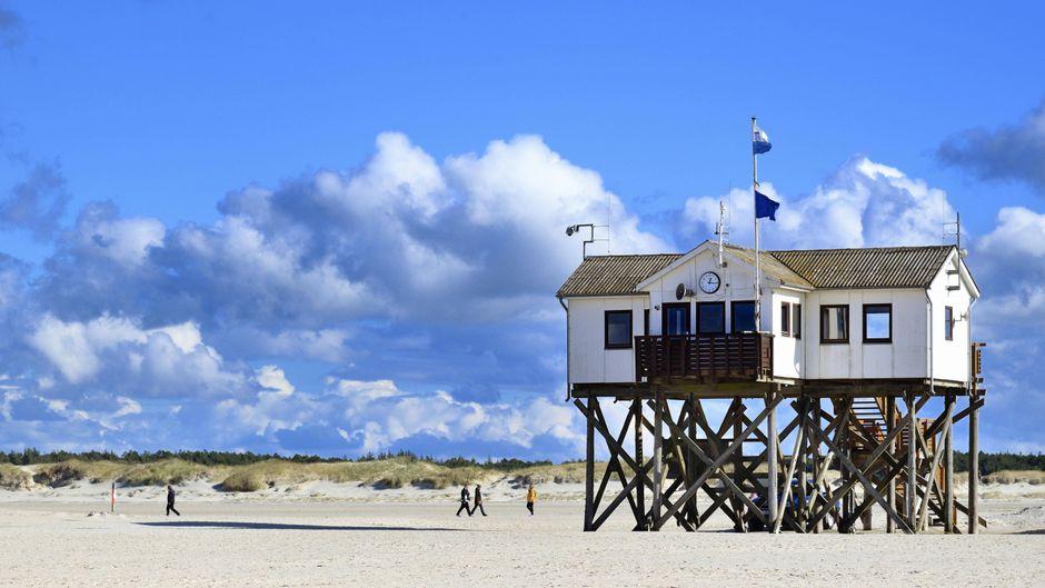 Der kilometerlange Strand von Sankt Peter-Ording gehört zu den beliebtesten Sandstreifen in Deutschland.