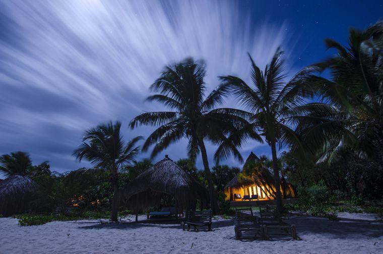 In Mosambik gibt es viele beliebte Strände, zum Biespiel Tofo. Zudem ist das Land bekannt für seine Meeresparks und die von Mangroven durchzogene Insel Ibo. Das Archipel Qurimbas besteht aus mehreren Koralleninseln, unter anderem können dort Ruinen aus der portugiesischen Kolonialzeit besichtigt werden.