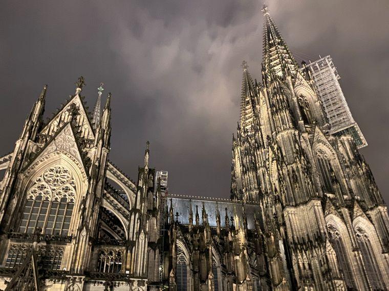 Der Kölner Dom ist immer ein schöner Anblick. Und gerade bei nebliger Dunkelheit hat er sogar etwas Mystisches. Bei einer nächtlichten Fackel-Führung kannst du das erleben!