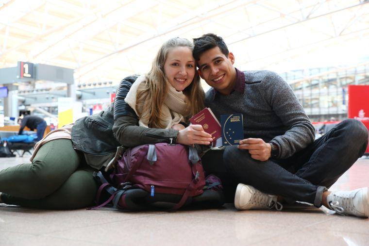 """Los geht die erste Reise unserer """"reisereporter 2018"""": Carina und Eduardo am Flughafen Hamburg."""