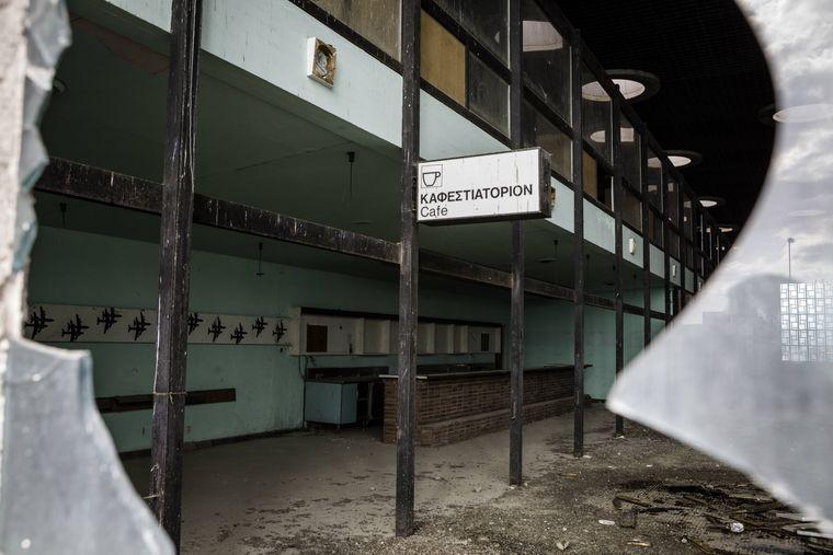 8.2 Km entfernt steht der menschenleere Flughafen. Nur Trümmer sind nach 40 Jahren übrig geblieben.