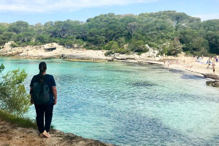 reisereporterin Jasmin an der Bucht Cala Turqueta auf der Balearen-Insel Menorca.