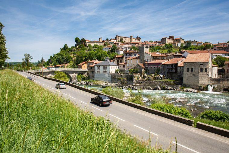 Sicht auf den Fluss Salat und die dahinter liegende Ortschaft Saint-Lizier.