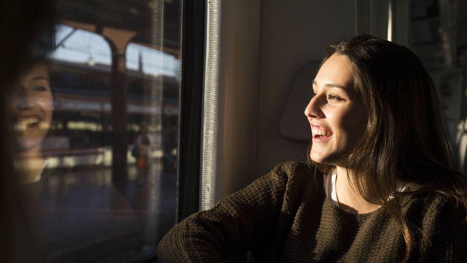 Damit du und deine Mitreisenden eine entspannte Zugfahrt genießen können, nennt der reisereporter dir die sieben Don'ts der Bahnreisen.