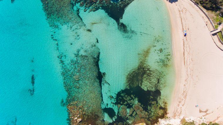 Der Sandstrand Font de sa Cala lädt zum Baden und Sonnen ein und lädt auch zum surfen und tauchen ein. Viele Ausflugsboote halten an der Bucht.