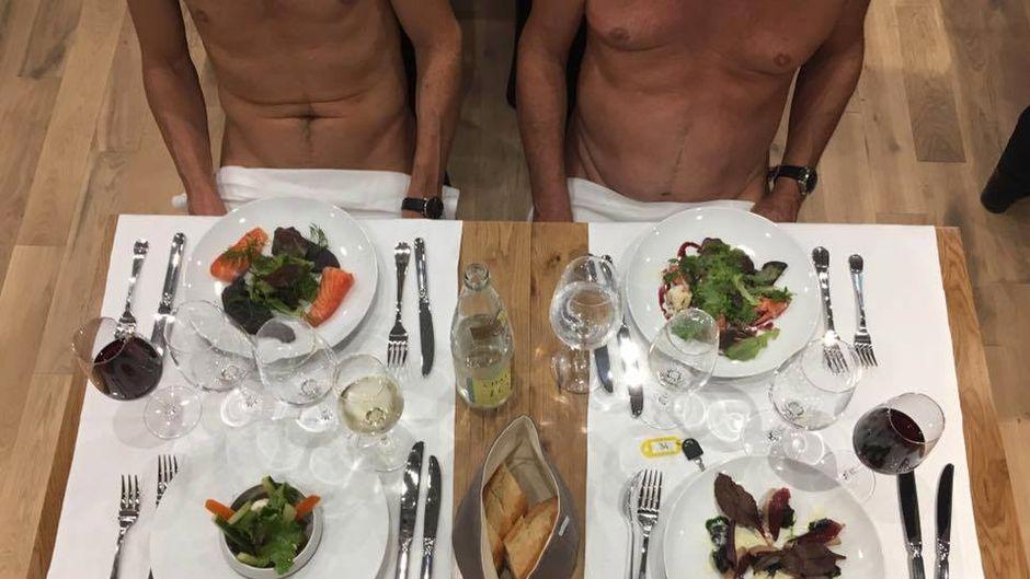 Gäste sitzen nur mit Servietten auf den Beinen am Tisch im Restaurant.