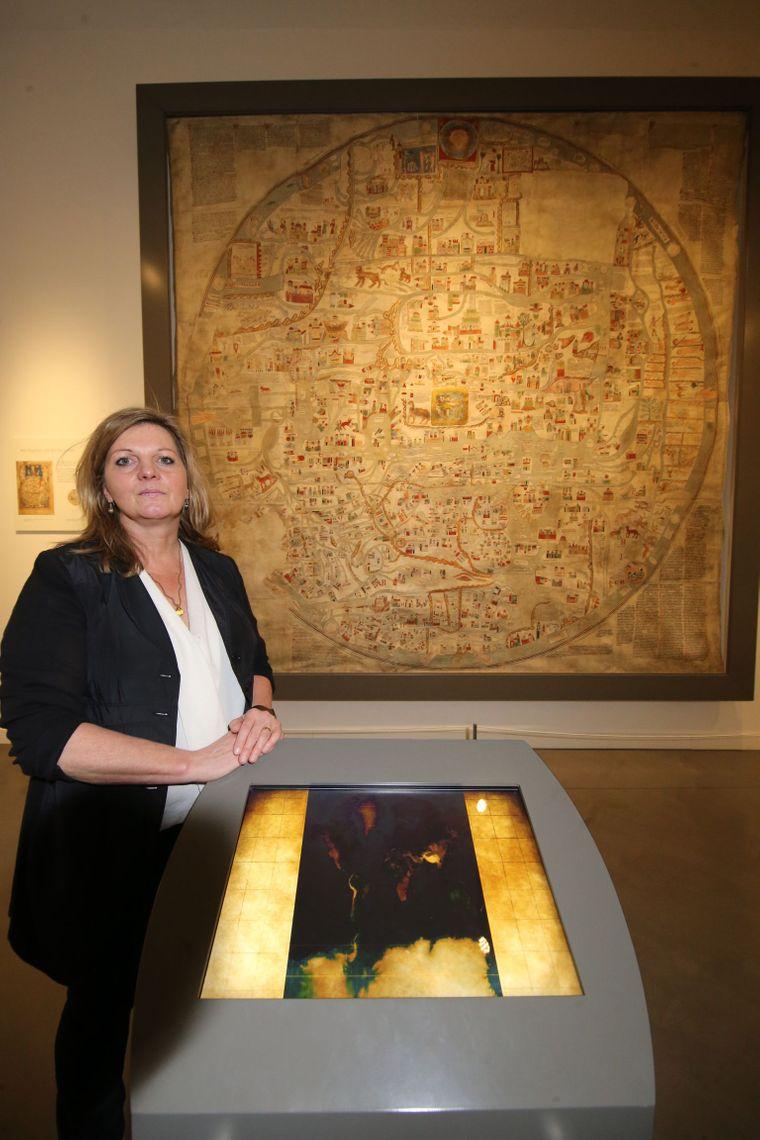 Prof. Dr. Heike Düselder, Direktorin des Museums Lüneburg, vor dem Faksimile einer Weltkarte des 13. Jahrhunderts.