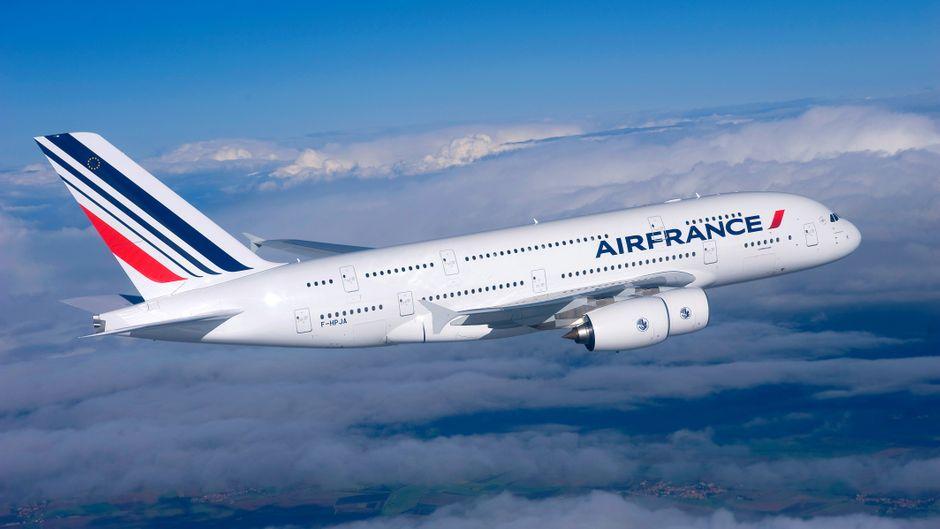 Eine Air-France-Maschine vom Typ A380 fliegt über den Wolken.