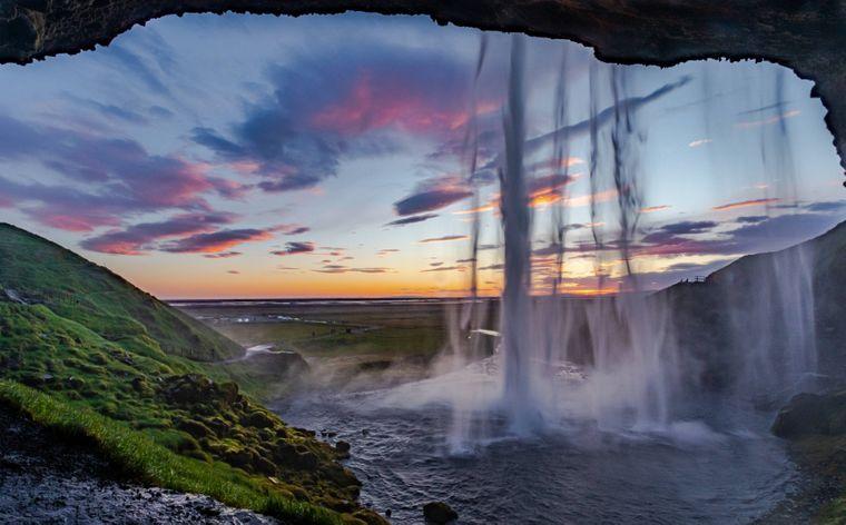 Perspektivwechsel: Du kannst hinter den 66 Meter hohen Wasserfall gehen, besonders am Abend wirkt das Felsfenster wie gemalt.