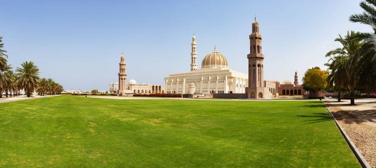 Die Große Sultan-Qabus-Moschee ist eine der Top-Sehenswürdigkeiten in Muscat.