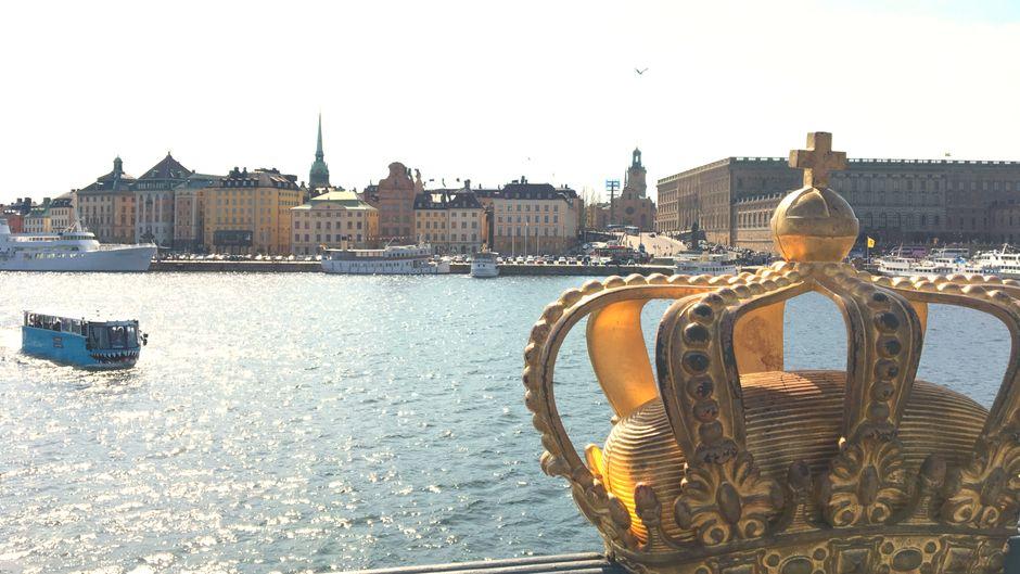 Die goldene Krone mit Blick auf die Altstadt in Stockholm.