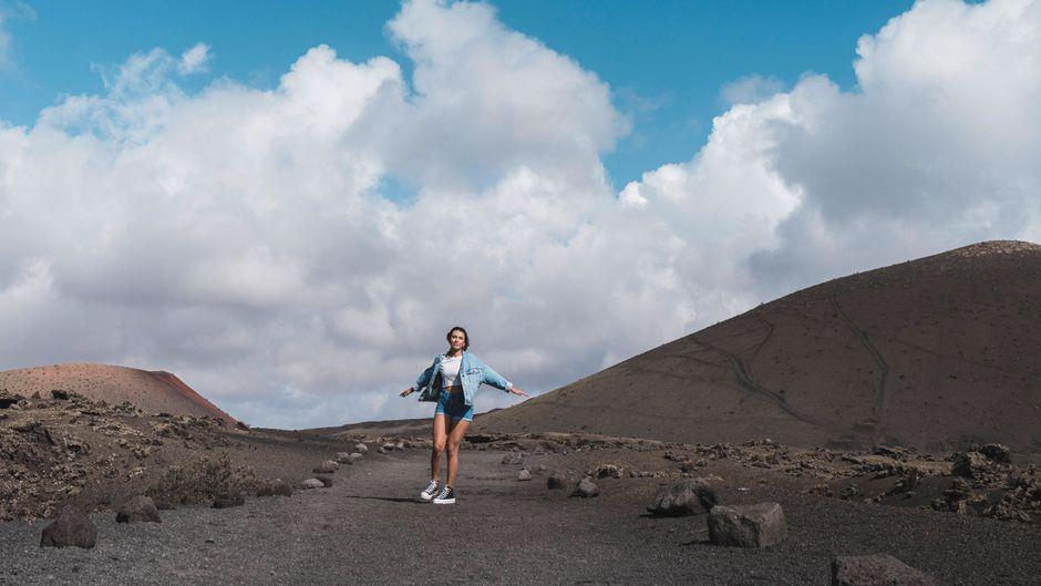 Eine Urlauberin ist unterwegs auf dem Vulkan El Cuervo auf Lanzarote.