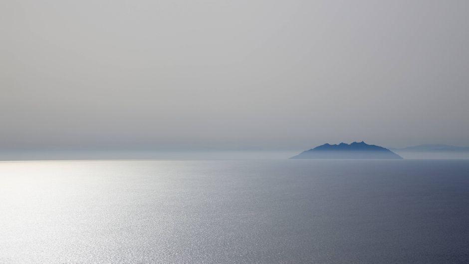 Die sagenumwobene Insel Montecristo liegt mitten im Meer.