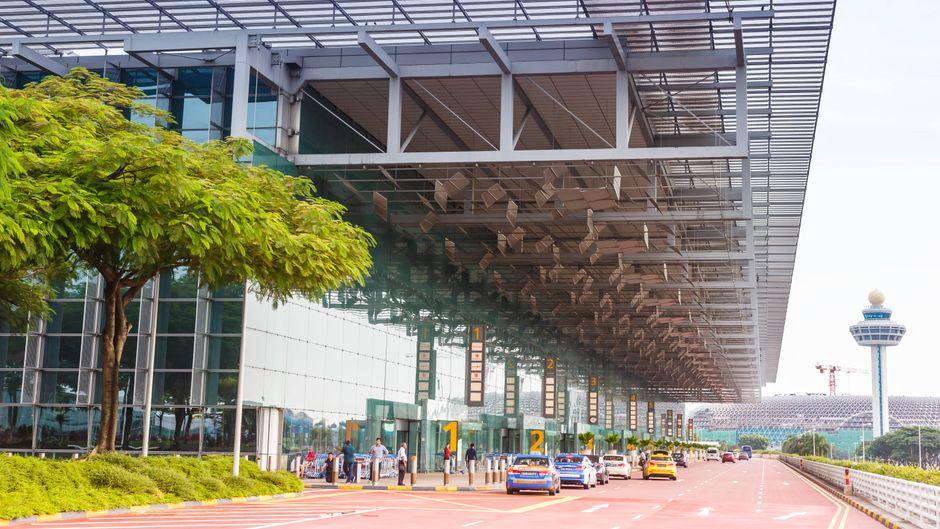 Terminal am Flughafen Changi (Singapur) von außen.