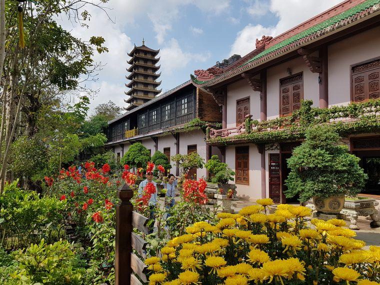 Im Krieg wurden in Vietnam zahlreiche Gebäude zerstört – umso wichtiger ist für viele Vietnamesen die Tradition, sei sie auch nur in neu gebauten Tempeln wieder aufgegriffen wie in der Thien Hung Pagoda.