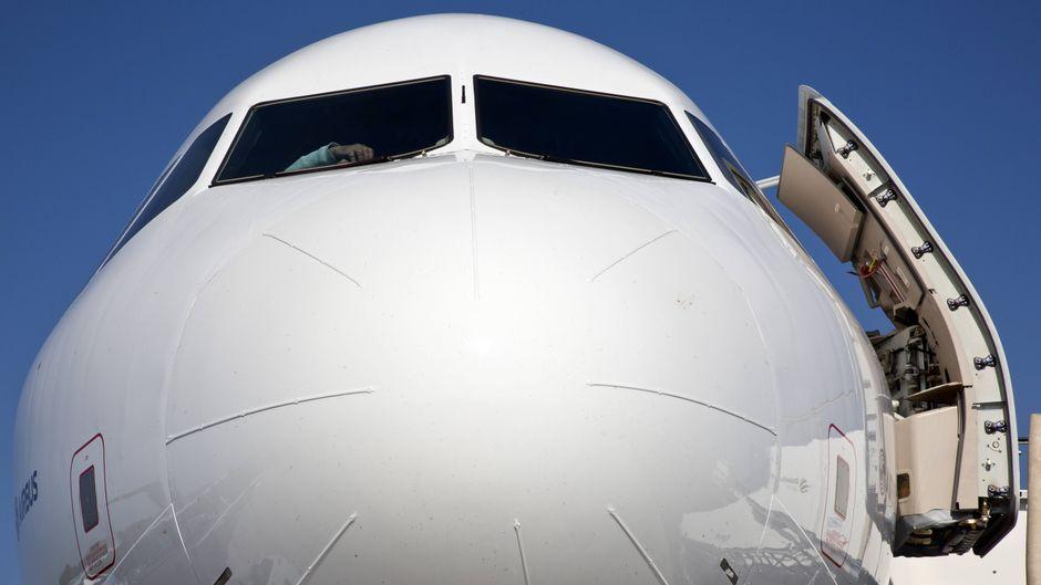 Flugzeugtür, Bug und Cockpit eines Airbus A 320.