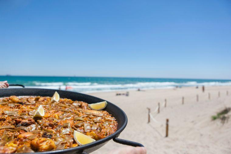 Foodies kommen in der spanischen Sonnenstadt voll auf ihre Kosten. Die originale Paella à la Valencia sollte jeder mal probiert haben.