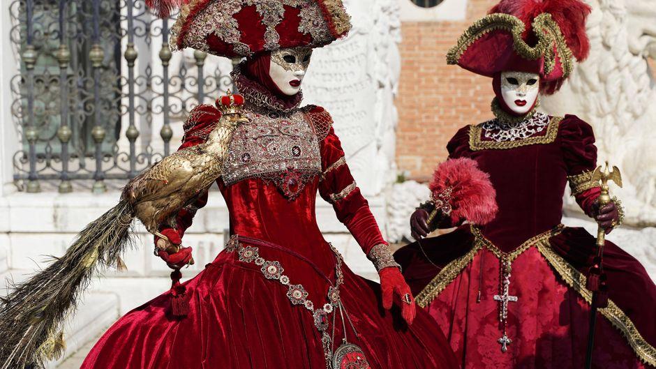 In Venedig feiern die Einheimischen traditionell mit Maskierung.