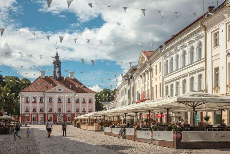 Der Rathausplatz von Tartu ist von klassizistischen Bauten umgeben.