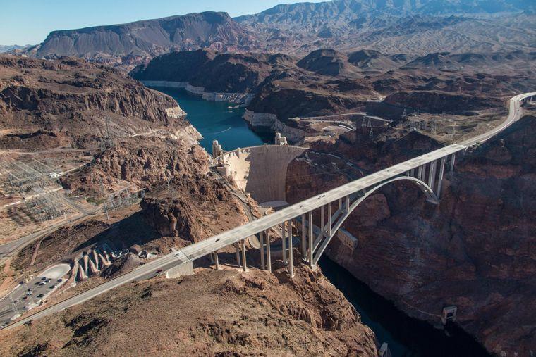 """Die """"Mike O'Callaghan – Pat Tillman Memorial Bridge"""" ist 270 Meter hoch und 580 Meter lang"""