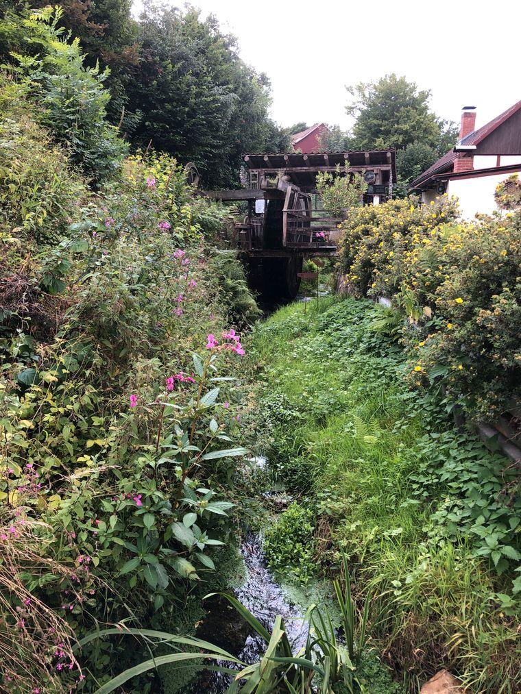 Das sogenannte Heilwasser fließt idyllisch durch das Dorf.