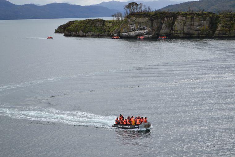 In Zodiac-Schlauchbooten werden Reisende zu Exkursionen an Land gebracht.