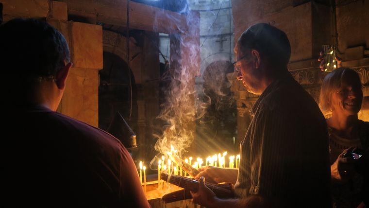 Die Via Dolorosa führt bis zur Grabeskirche. Besucher & Pilger zünden oft Kerzen an.