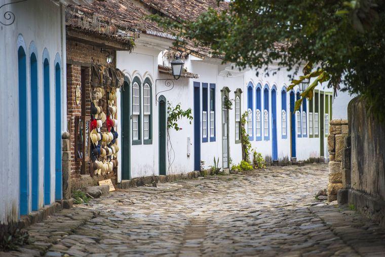 Ungefähr eine Autostunde von Mambucaba entfernt liegt die historische Stadt Paraty, die seit Juli 2019 Unesco-Weltkulturerbe ist.