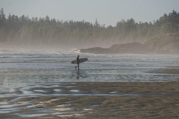 Selbst im Dezember sind die Temperaturen mild – ins Wasser wagen sich die Surfer trotzdem nur mit Neoprenanzug.