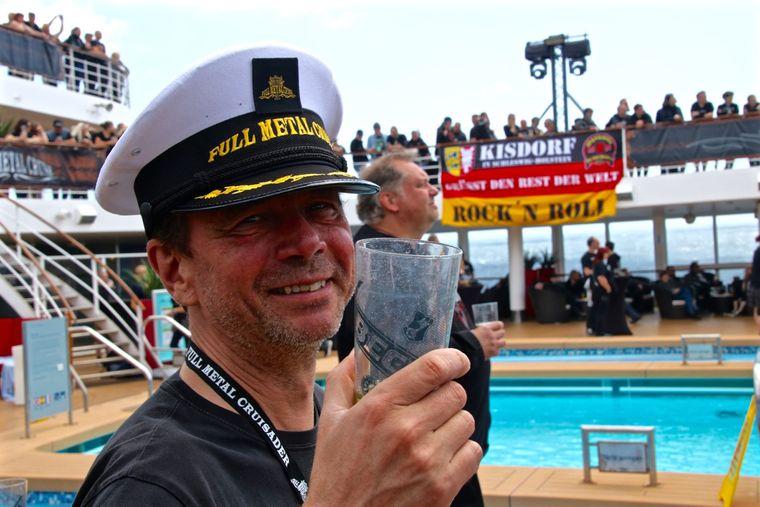 Ein Mann trägt eine Kapitäns-Mütze mit der Aufschrift Full Metal Cruise.
