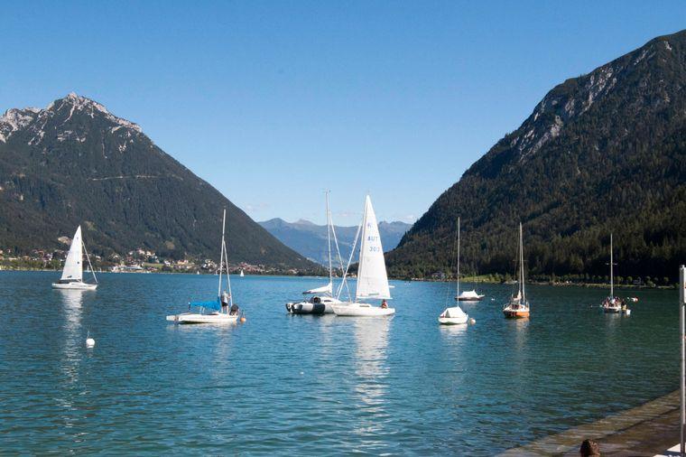 Mit dem Segelboot kannst du den Achensee besonders gut erkunden.