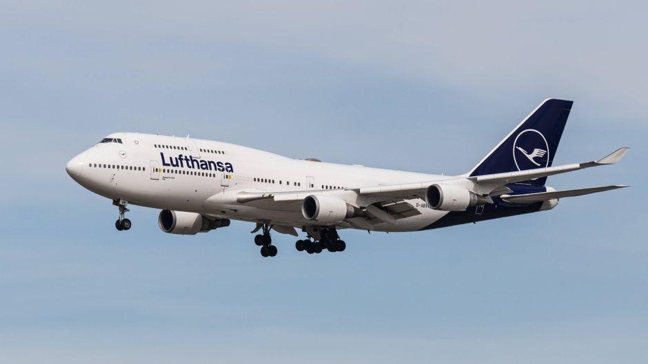 Eine Boeing 747-400 von Lufthansa am Himmel.