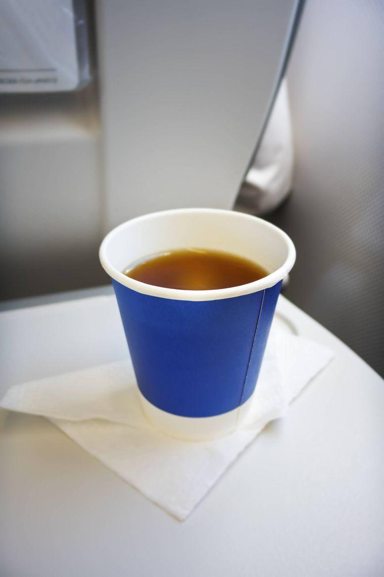 Ein Becher Tee im Flugzeug.